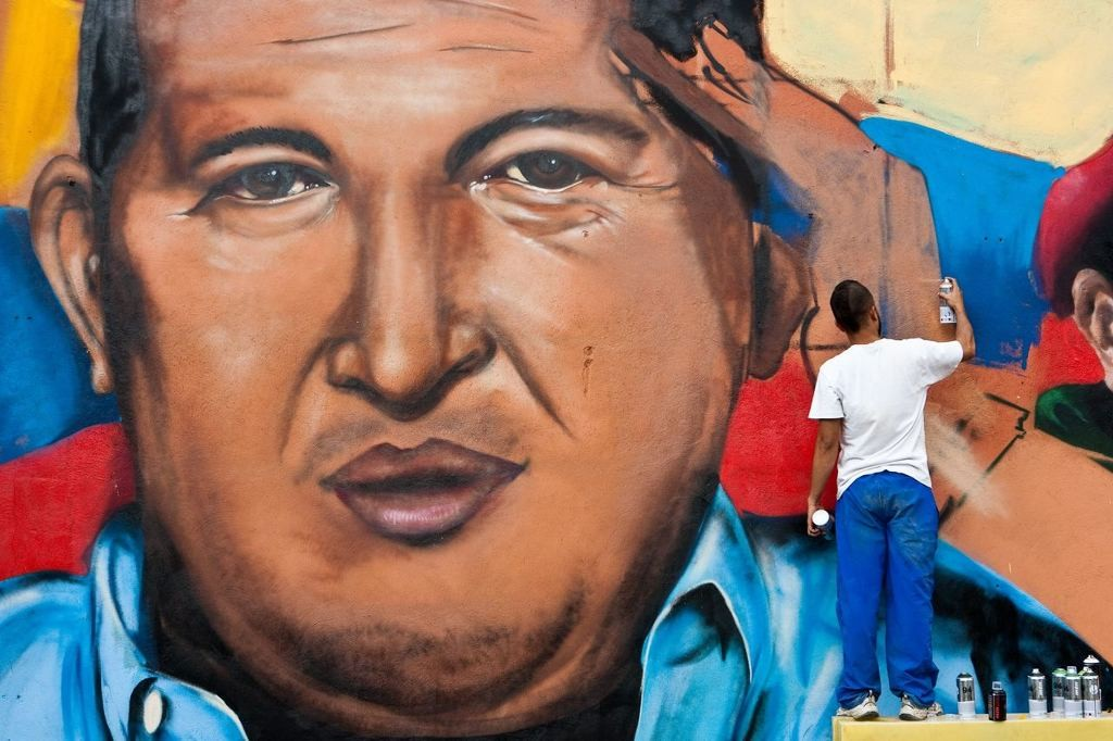 CAR01 - CARACAS (VENEZUELA), 17/02/12.- Un grupo de grafiteros pintan un muro con el rostro del presidente de Venezuela, Hugo Chávez, hoy, viernes 17 de febrero del 2012 en Caracas (Venezuela). EFE/Miguel Gutierrez