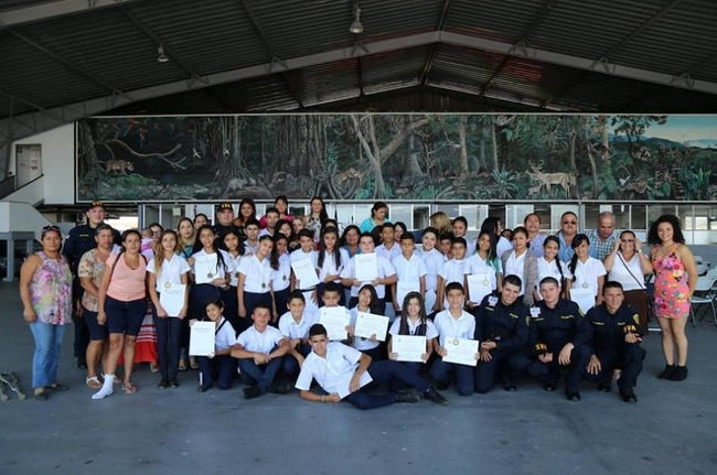"""Sixth-grade students from the California School in Alajuela graduated from the """"Know how to choose, know how to win"""" counter-drug program on December 2nd, 2015. [Photo: Costa Rican Ministry of Public Security's Air Surveillance Service]"""