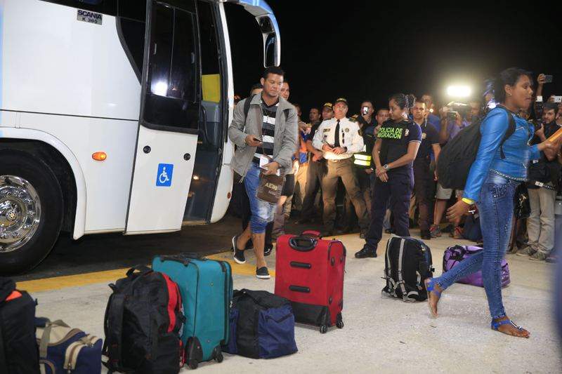 Liberia, Guanacaste on Tuesday, the first 180 Cuban migrants arriving at the Daniel Oduber Quirós airport for their flight to El Salvador to continue their journey to the United States. Foto: Rafael Pacheco