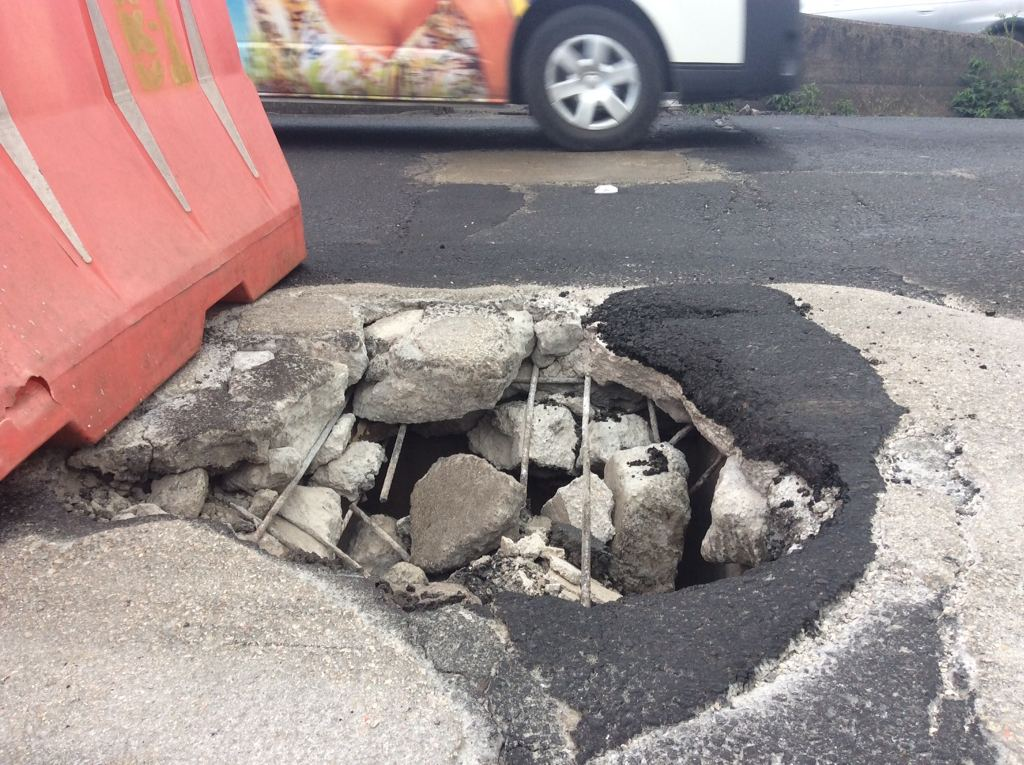 In the first hours of the new year, a large crater formed in one of the San Jose bound lanes of the Juan Pablo II bridge, in La Uruca.
