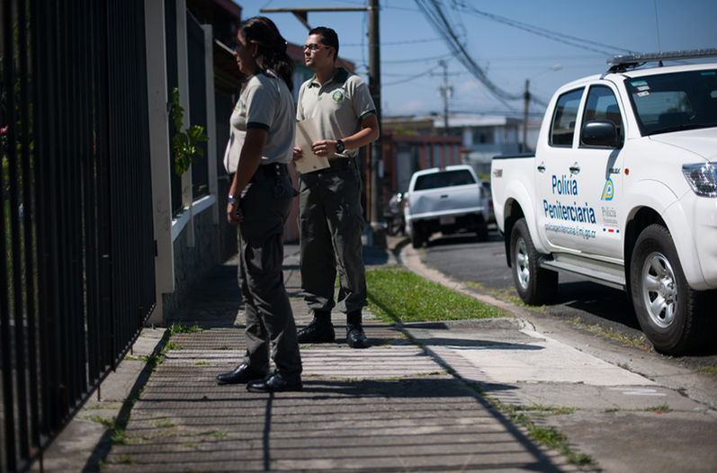 19 penitentiary police officials work the streets to keep an eye on prisoners on probation. Photo  JOSÉ DÍAZ, La Nacion