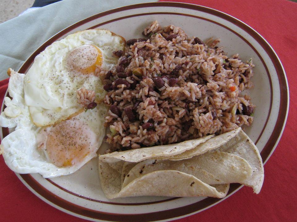 Gallo pinto with huevos and tortilla