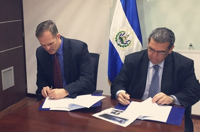 The United States and El Salvador agreed to improve the exchange of information that facilitates aerial counter-narcotics operations by integrating El Salvador's air traffic control radars into SOUTHCOM's Cooperative Situational Information Integration System. The integration became official on December 15th with the signing of an agreement between Colonel Robert A. Wagner (left), Commander of the OSC at the U.S. Embassy in El Salvador, and El Salvador's CEPA President Nelson Vanegas.[Photo: Gloria Cañas]