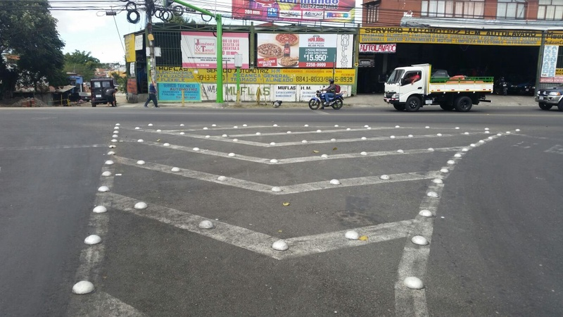 Tachulones  (Botts' dots) expected to reduce traffic congestion at 14 intersections in San Jose and Heredia