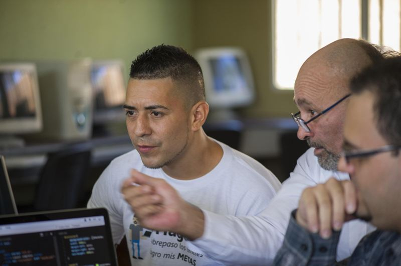 Maylin Mora and William Alvarez are two of the  15 students benefiting from the pilot program to learn web design and development while serving out their prison sentence. The initiative is supported by the Ministry of Justice and Peace and  Microsoft. | JOSE CORDERO
