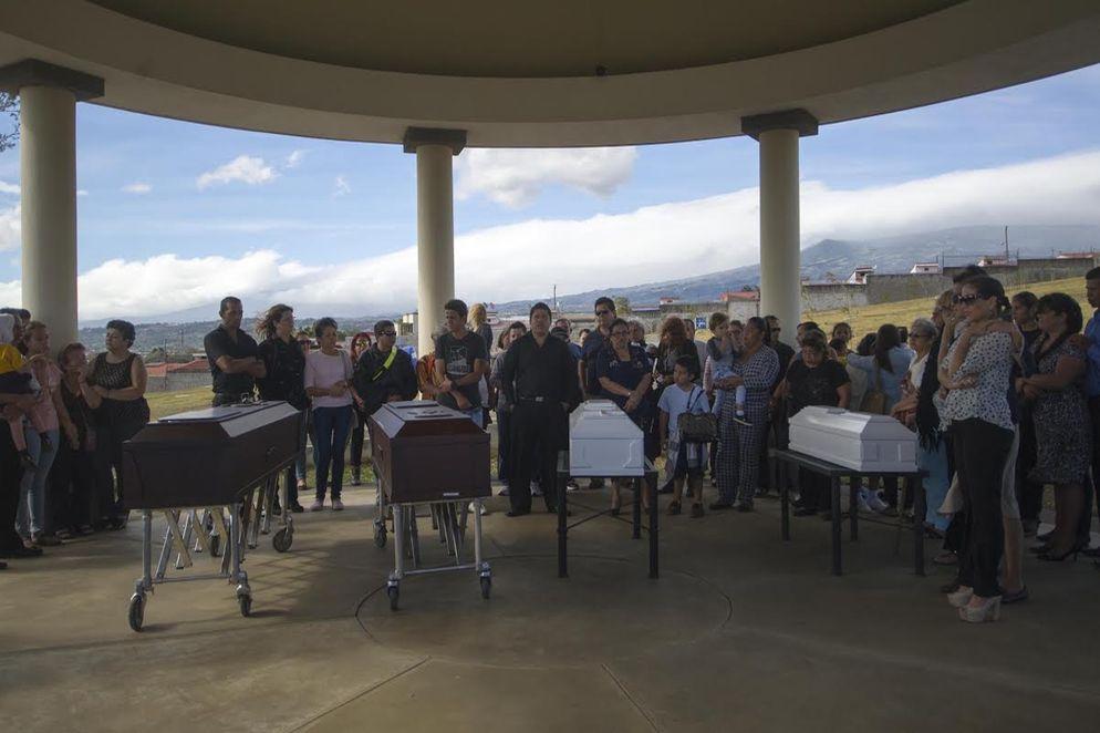 Mother and her three children were buried in La Piedad en Mercedes Norte cemetery, in Heredia. Photo: José F. Cordero, La Nacion
