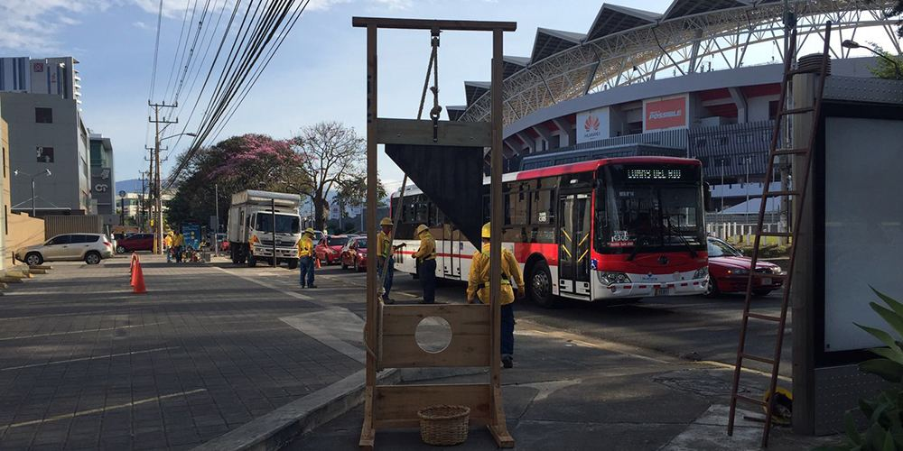 The life-size and fully functionally guillotine stood for five hours in  front of Canal 7 in La Sabana. Hardly anyone noticed it.