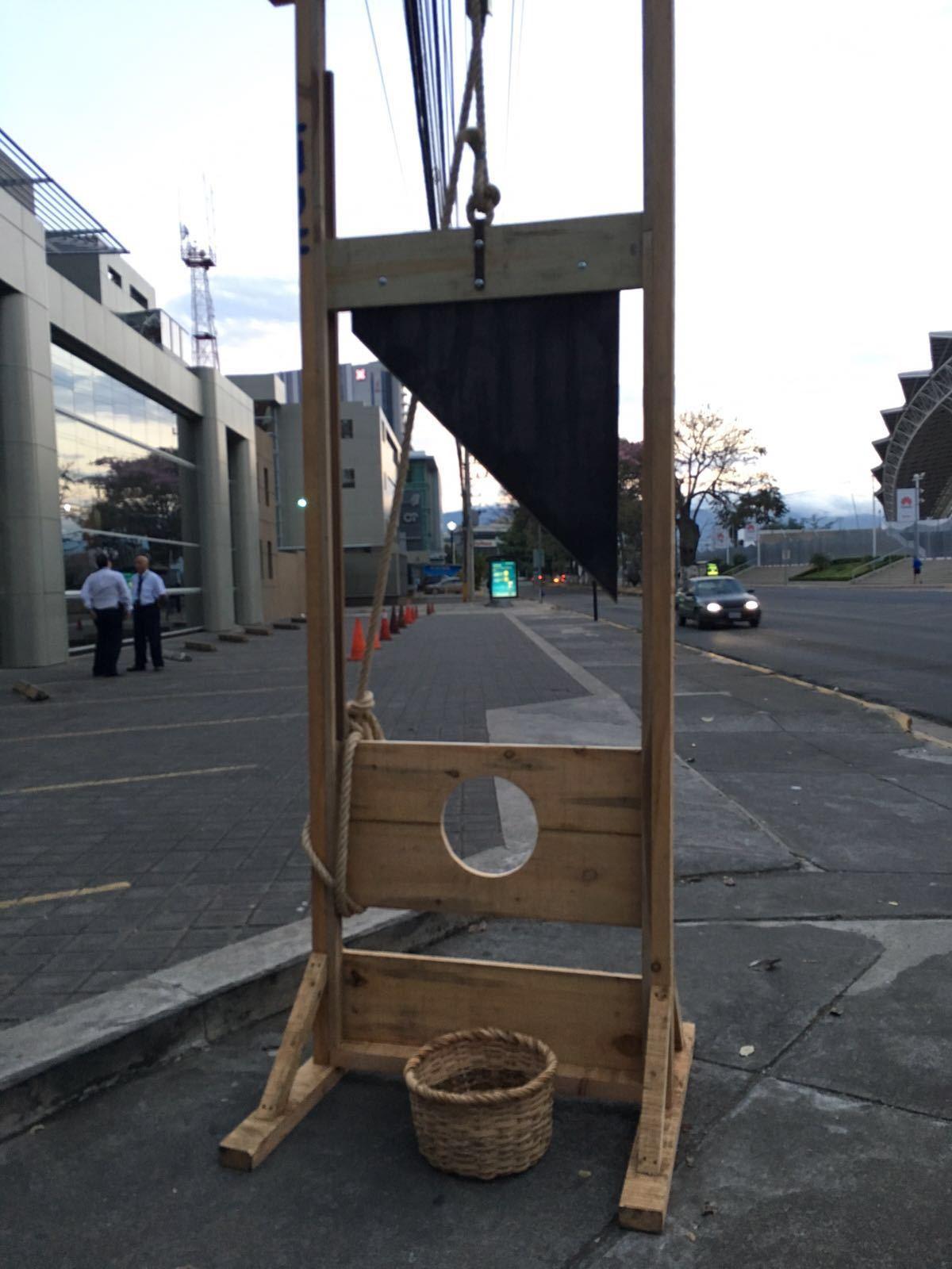 020316_jorge_de_leon_guillotina_arte