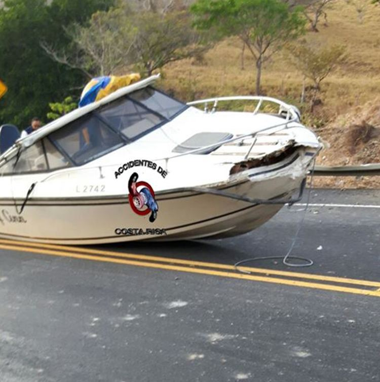 The Ruta 27 was shut down for hours on Wednesday when a boat spills on the road, hitting a vehicle