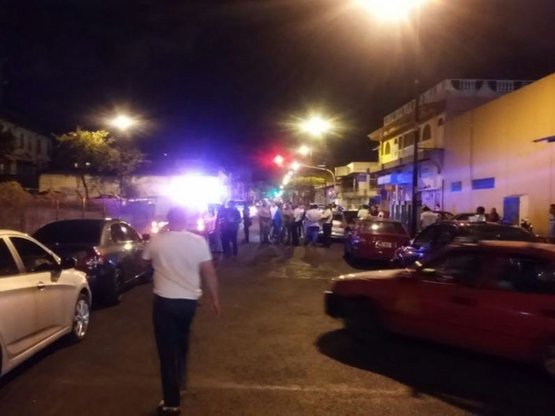 The sence was tense for a while, until police showed up. Photo Carlos Lacayo, Telenoticias