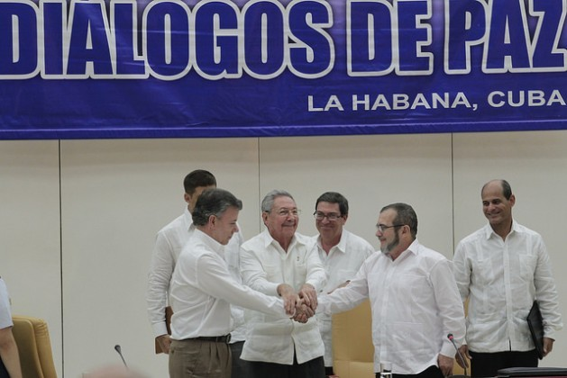 Cuban President Raúl Castro (C) shakes hands with Colombian President Juan Manuel Santos (L) and FARC leader Rodrigo Londoño on Sep. 23 in Havana, a historic moment when the two sides set a March deadline for reaching a peace deal for Colombia – a deadline that was not met. Credit: Jorge Luis Baños/IPS