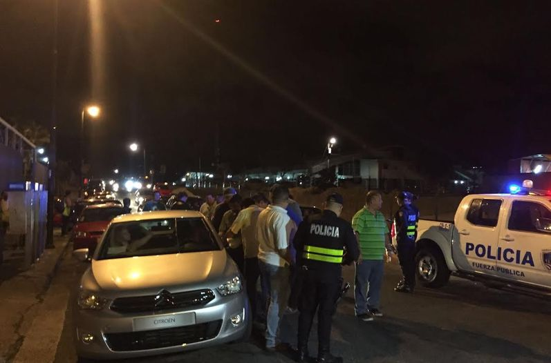 A battle of words broke out when taxi driver  tried to prevent a Uber driver from picking up a client at the terminal Tracopa in San Jose, Monday night. (Photo Alejandra Herrera/ La Nacion)