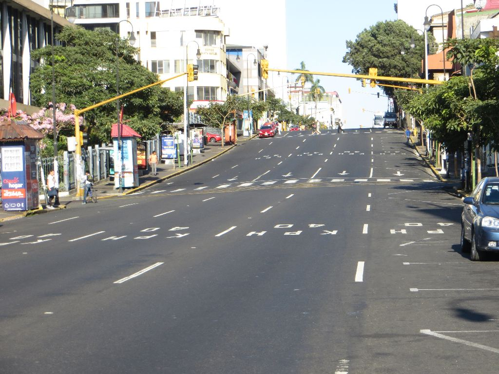 Avenida Segunda (Second Avenue) is the main thoroughfare through the center of San José. Usually jammed with cars, buses and trucks, it is hauntingly empty.