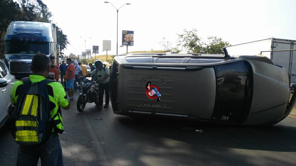Vehicle lands on its side on the autopista General Cañas, in the area of Los Arcos, Thursday.