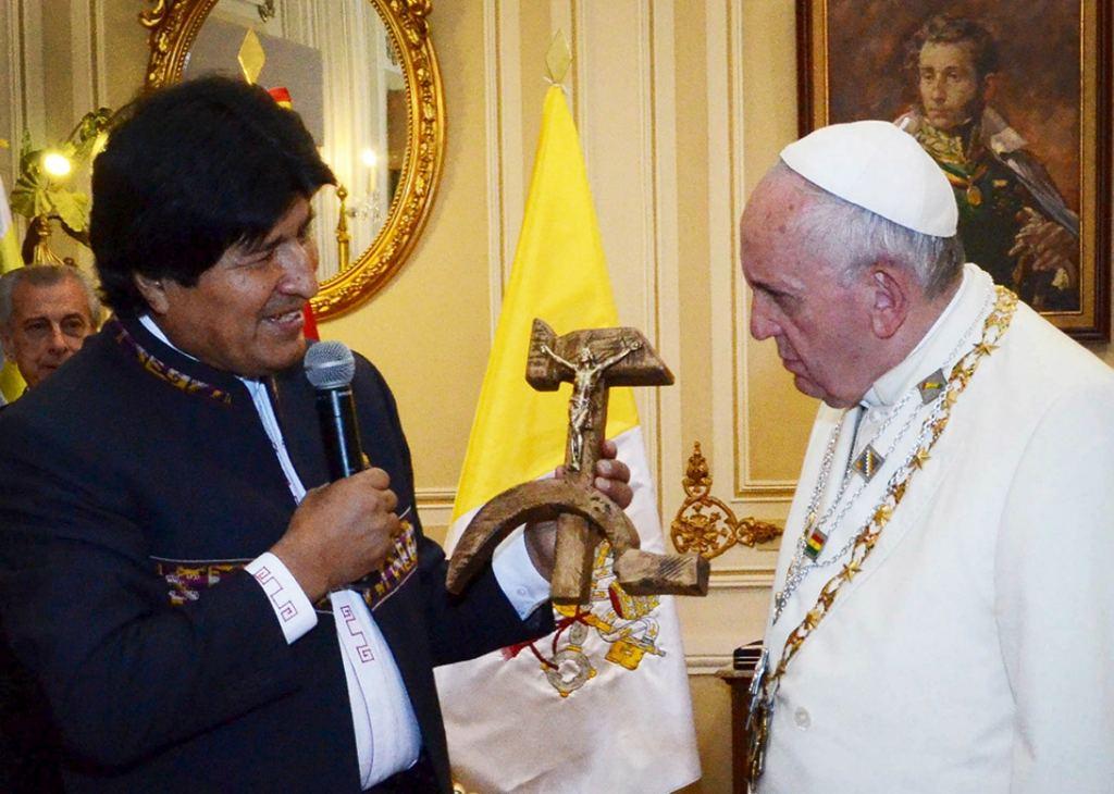 150709_SLATEST_PopeBoliviaCrucifix.jpg.CROP.promo-xlarge2