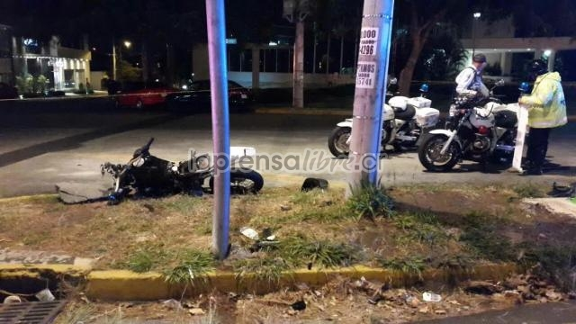 The two assailants of the Papa John's in Pavas wrap their getaway motorcycle against a utility pole in the area of the Natonal Stadium. One of them had to be hospitalized.