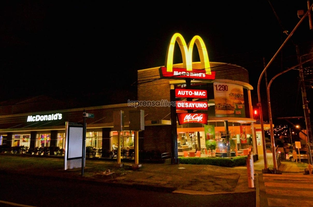 McDonald's in La Sabana was hit by three men in hoods and guns, threatening employees and patrons