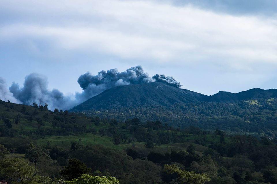 Fotografía de Alberto Alvarado, del volcán Turrialba, tomada 21 de mayo del 2016 a las 6 a.m., desde La Pastora.