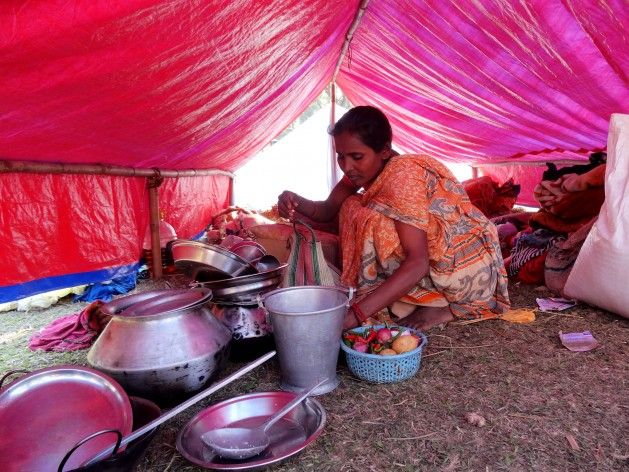 Sonatoni Karmakar prepares food at a relief camp in Kokrajhar, a district in the north-eastern Indian state of Assam. Credit: Priyanka Borpujari / IPS News.