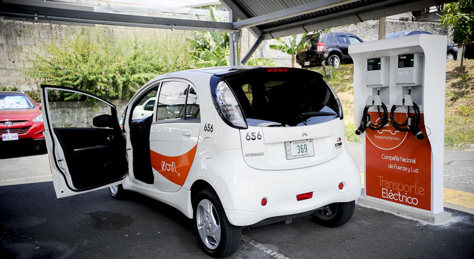 View of the first EV electric carts CNFL on its roster of Anonos (Escazu). The transport sector is responsible for two thirds of oil consumption and 34% of emissions in Costa Rica, according to the Ministry of Environment and Energy. | MARCELA BERTOZZI.