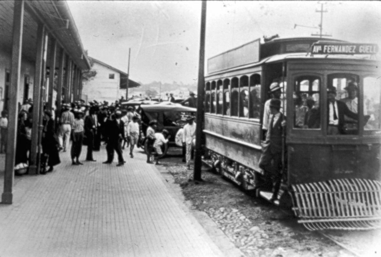 Tranvía, circulando por la Avenida Central (Av. Rogelio Fernández Güell). San José. 1920. Fuente: Archivo Nacional de Costa Rica. Colección CIHAC.