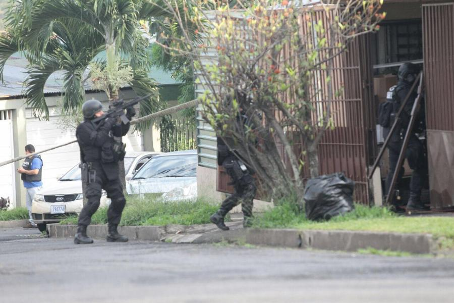 OIJ agents in action in several raids in Goicoechea and Alajuelita that netted five persons arrested, including mother and daugther suspected of contracting hired killers.