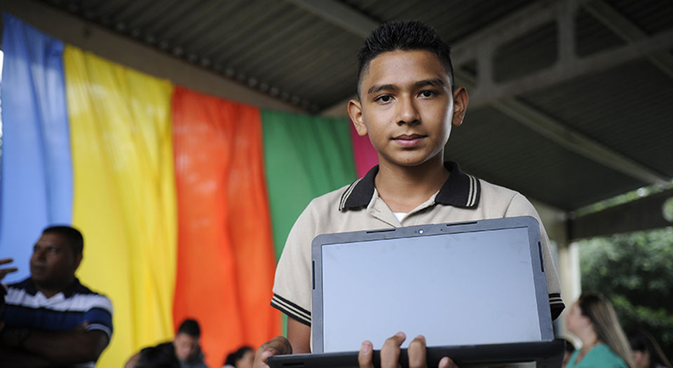 14 year old Arnold Guzmán, in eight grade at the Liceo San Miguel de Desamparados, did not have a computer until Monday morning. He was  became one of the first  of the 16.000 beneficiaries this year of Hogares Connectados.  (Photo Rafael Murillo, La Nacion)