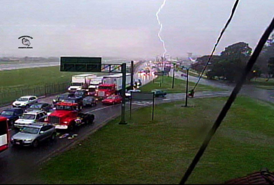 Image captured by the Telenoticias television camera located east of the airport termina'