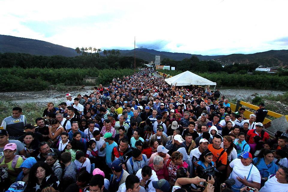 Venezuelans cross the Simon Bolivar bridge linking San Antonio del Tachira, in Venezuela with Cucuta in Colombia, to buy basic supplies on July 17, 2016. (GEORGE CASTELLANO/AFP/Getty Images)