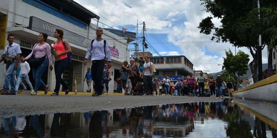Venezuelan citizens crossed the border bridge Sunday Simon Bolivar in San Antonio del Tachira (Venezuela). EFECiudadanos Venezuelans on Sunday crossed the border bridge Simon Bolivar in San Antonio del Tachira (Venezuela). EFE