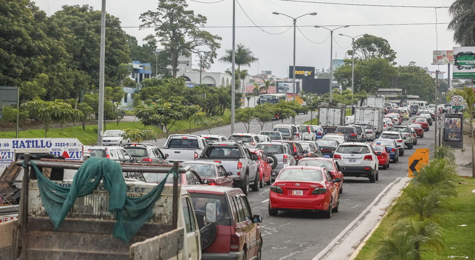 Some 300,000 cars enter the greater metropolitan area (GAM) daily. Photo Presas cerca de la rotonda de las Garantías Sociales. Al cantón de San José ingresan al día al menos 300.000 vehículos. De estos, más de 60.000 por vías de Circunvalación. | JORGE ARCE.