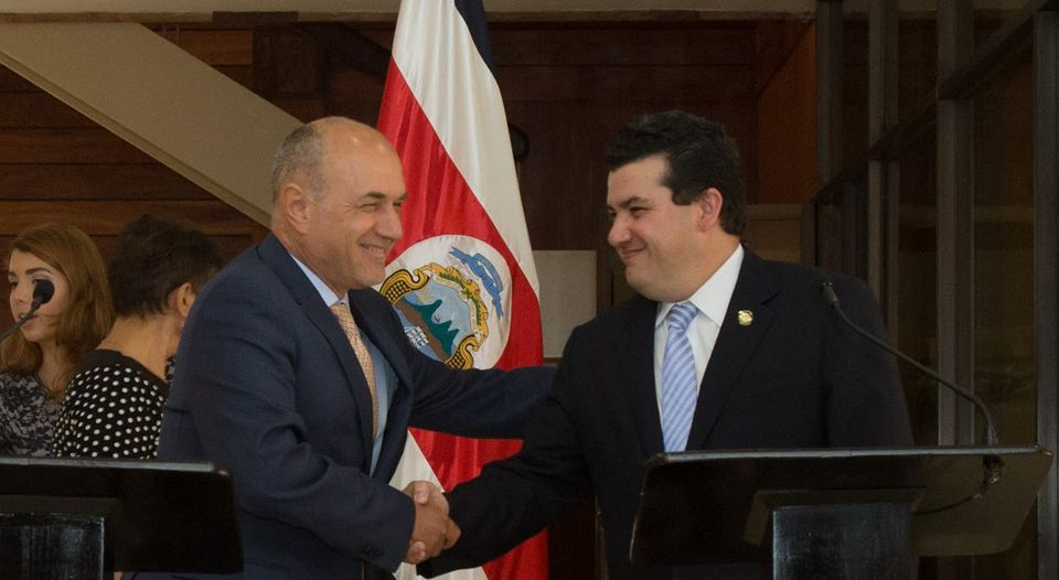 Minister of the Presidency, Sergio Alfaro (der.) And Carlos Maldonado, UNHCR director for Costa Rica, announced that the country will host up to six months to 200 citizens Northern Triangle of Central America. (Presidential House for the Nation)