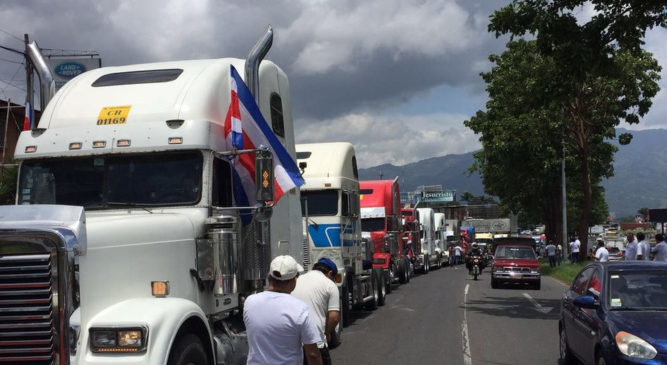 Truckers heading to Casa Presidencial to demand the government to impose a 20% tax on foreign truckers and they go through the Riteve inspection, to even things out.  Photo Alonso Tenorio. La Nacion