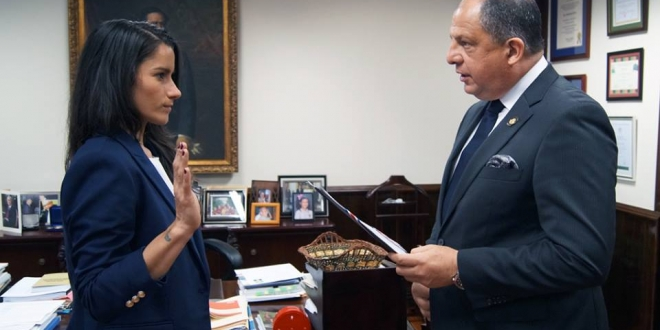 Lisa Castillo being sworn in on Tuesday as Deputy Minister of Transport by President Luis Guillermo Solis