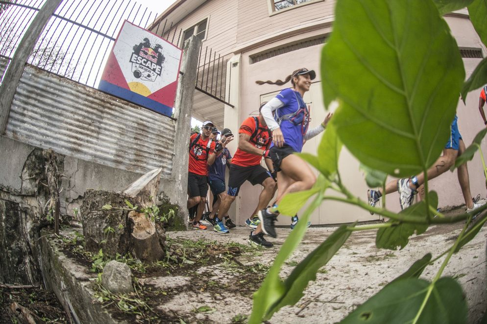 Before reaching the sea, participants walking 10 kilometers a path that led through the woods of Isla San Lucas (Camilo Quiroga / Red Bull)