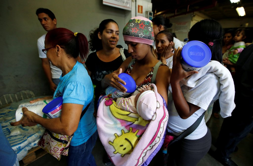 People buy food and other staple goods inside a supermarket in Caracas, Venezuela, June 30, 2016. REUTERS/Mariana Bazo