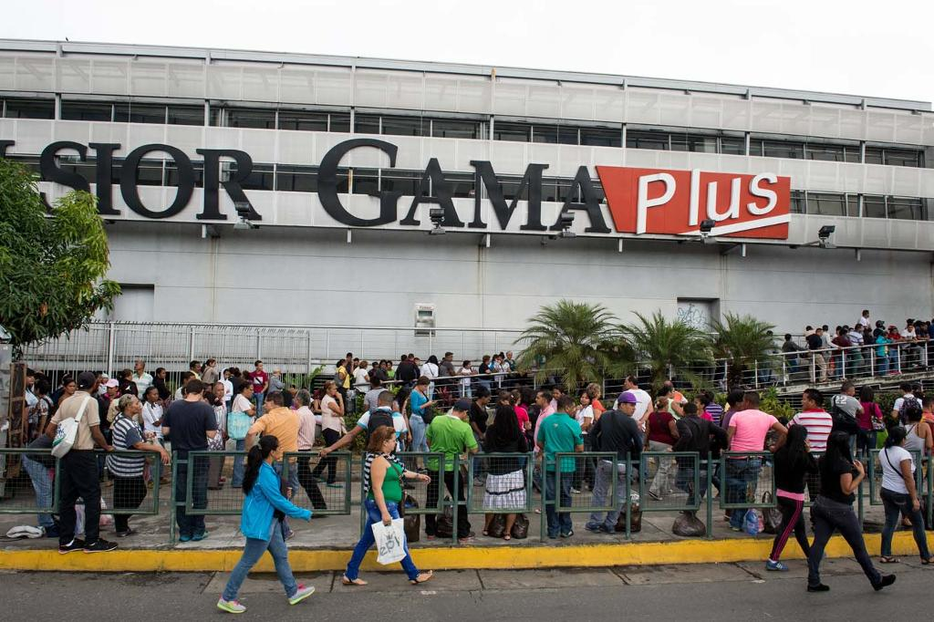 Lines at Venezuelan supermarkets keep growing as the economic crisis worsens. AFP PHOTO/FEDERICO PARRA