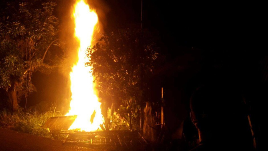 A group of angry residents destroyed and set fire to the house of the alleged killer of the 8 year old boy in Guacimo, Sunday night.