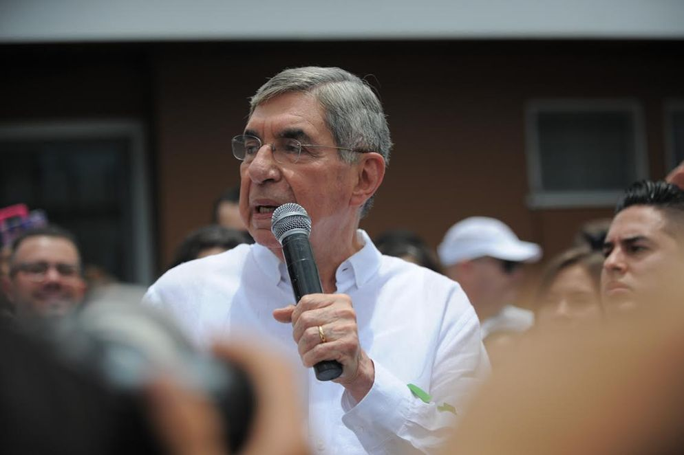 "Oscar Arias in front of his home in Rohrmoser giving an ""improvised"" speech to his supporters, who are asking to run for president for a third time"