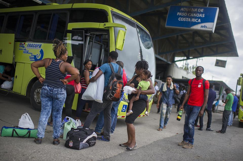 04/08/2016, Puntarenas, Paso Canoas, en la frontera con Panamá están llegando aproximadamente entre 100 y 150 migrantes afriAcanos y del caribe a Costa Rica, en migración de la frontera están atendiendo 100 migrantes por día. Los nombres no se tienen porque la mayoria no habla español y no quieren que se les tome fotografías. Fotografía José Cordero