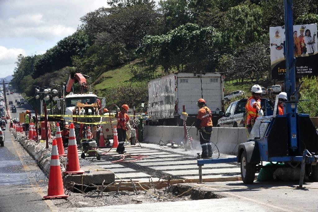 Continuan los trabajos en el puente de la platina sobre el rio Virilla,  (17-01-11). Foto: Rafael Pacheco
