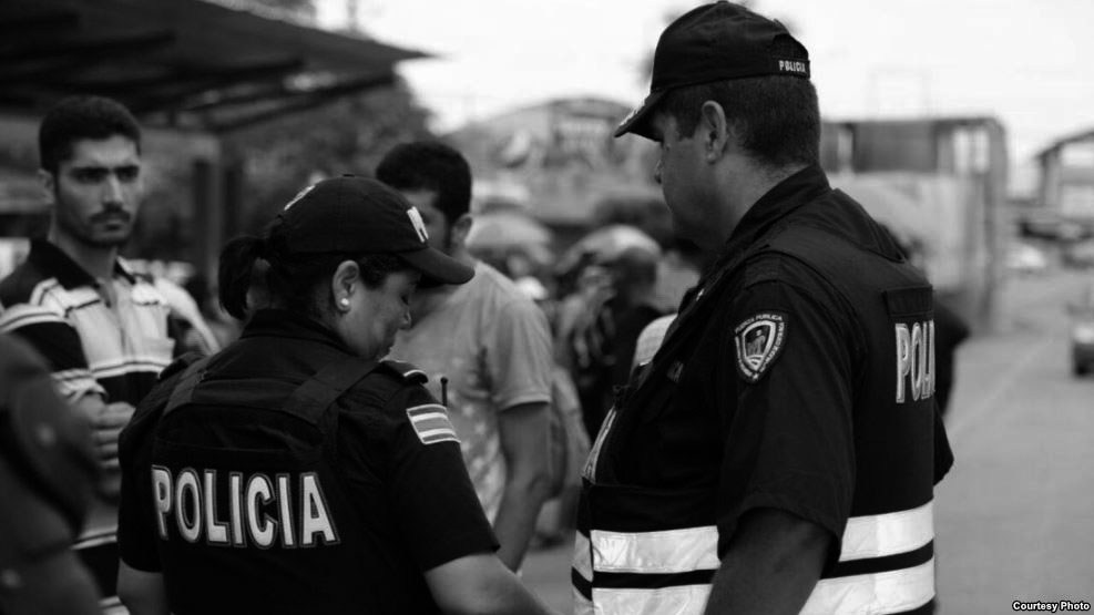 Police checking documents of migrants. The government has warned of deportation to all migrants found illegally in the country. Photo Casa Presidencial