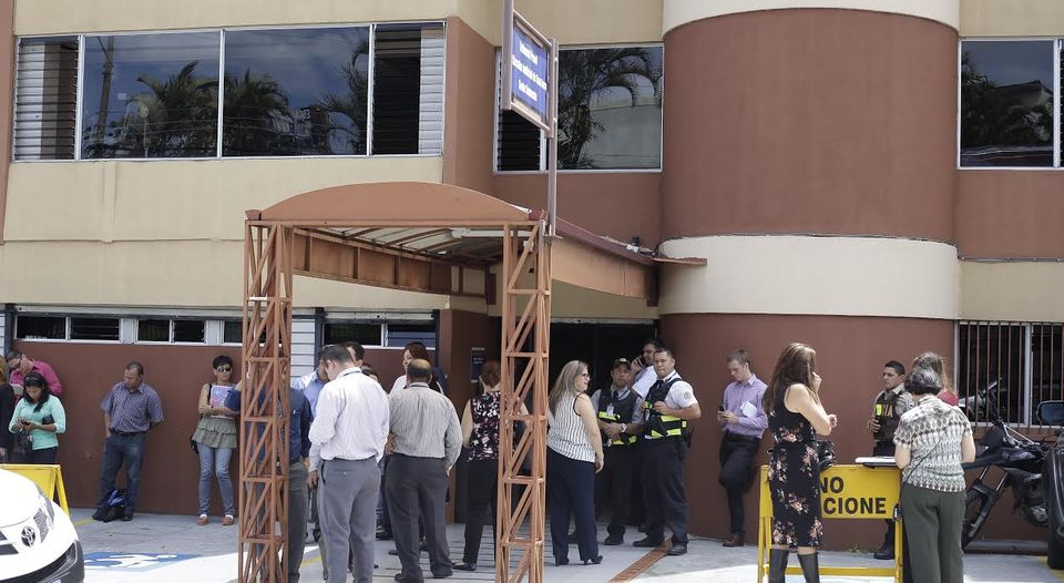 A number of buildings in San Jose were evacuated this morning following the earthquake. Photo Jorge Arce, La Nacion
