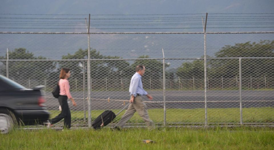 Many tourists reorted to walking to catch a flight at the San Jose airport this Tuesday morning. Photo La Nacion