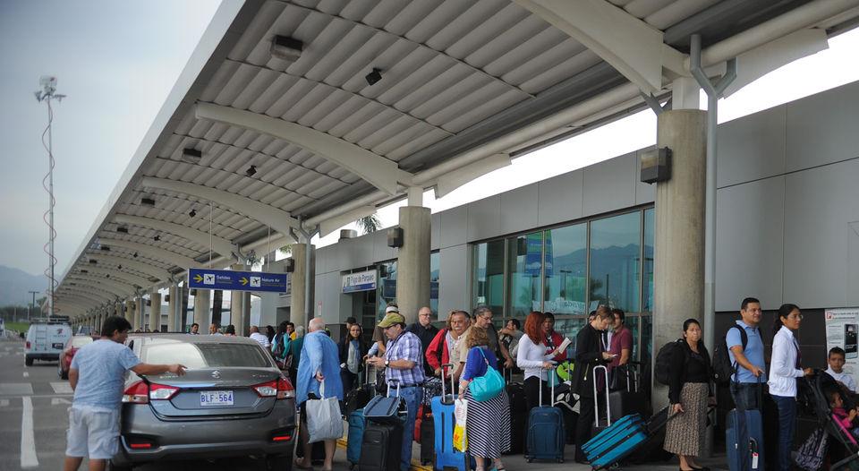 Passengers continue to arrive at the San Jose airport not aware of the closure. Photo La Nacion, Jeffrey Zamora