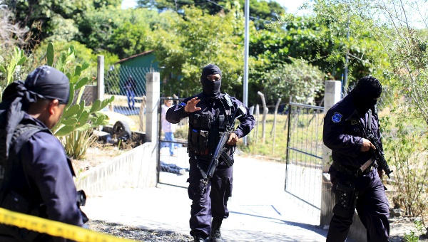 Policemen secure a crime scene where five men were killed in the town of Olocuilta, El Salvador January 1, 2016. | Photo: Reuters