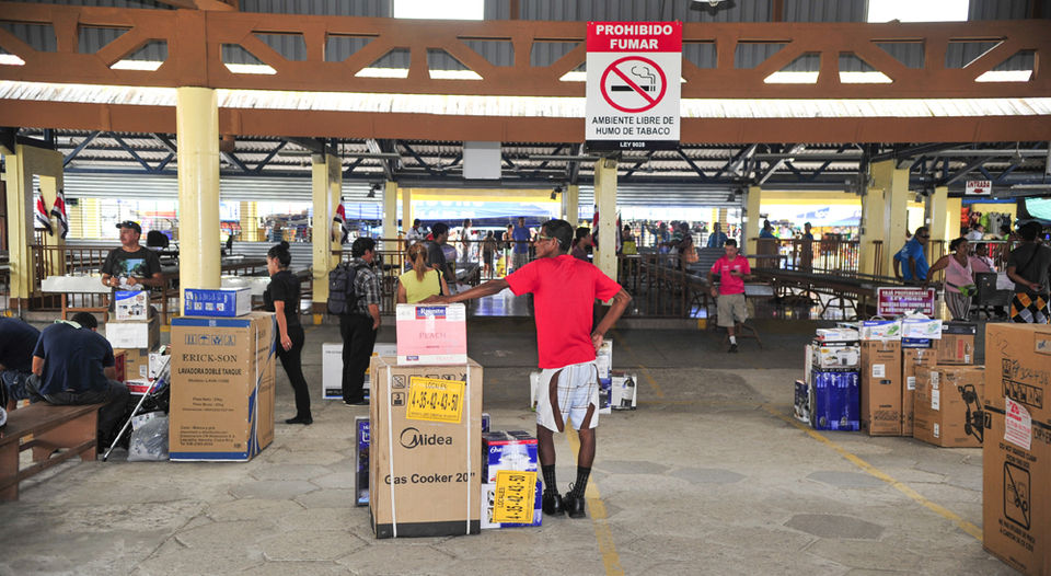The future of the Golfito commercial duty free zone is at financial risk of closing, the association of dealers and vendors denies the possible imminent closure announced by JUDESUR, administrator of the duty free zone. Photo from La Nacion