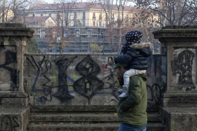Barrio 18 gang graffiti on the wall of the Parco Trotter in Milan. Photo Nanni Fontanta (Interanzionale)