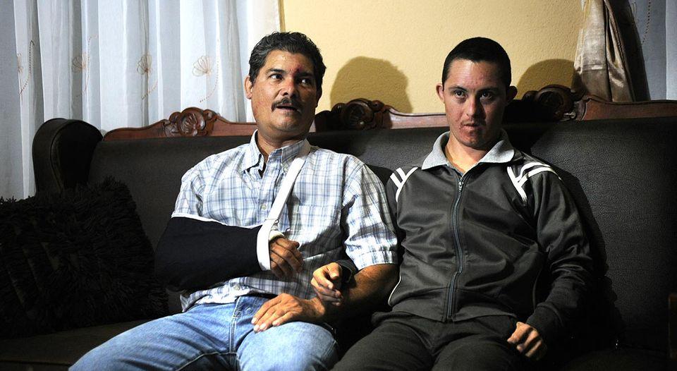 Edwin Espinoza (izq.) ingresó al Hospital de San Carlos luego del accidente. La noche de este jueves fue dado de alta y el lunes deberá someterse a una cirugía. Le acompaña su hijo Miguel Espinoza. (Rafael Murillo)