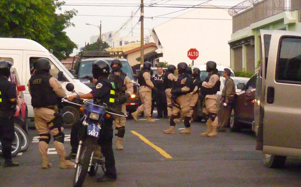 Guarding prisoner movement outside Pavas courthouse in May 2011. Photo by Rico